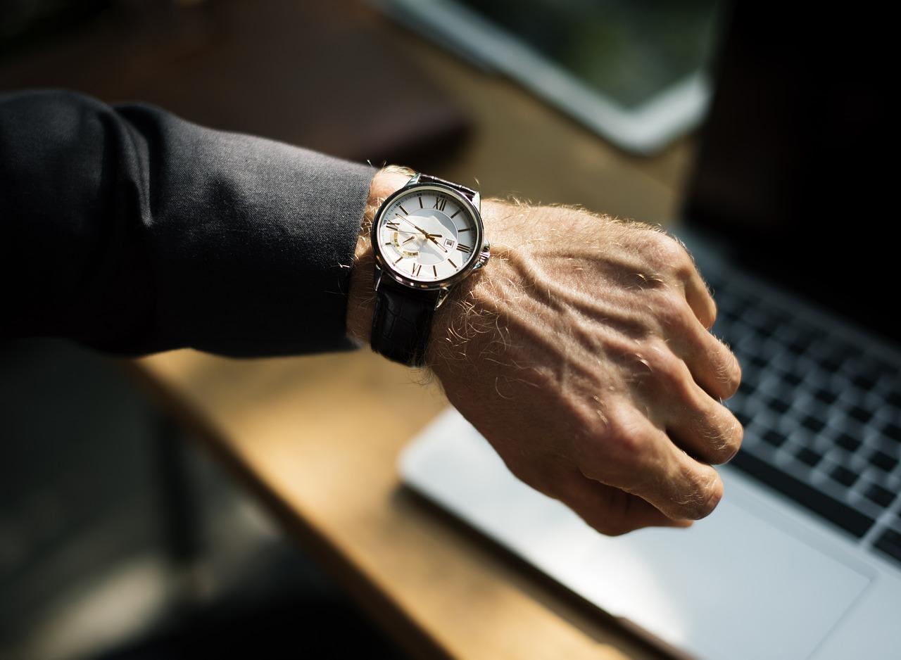 גבר ושעון