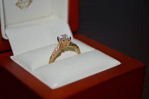 טבעת אירוסין בקופסא