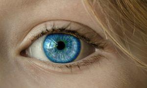 העין כחולה
